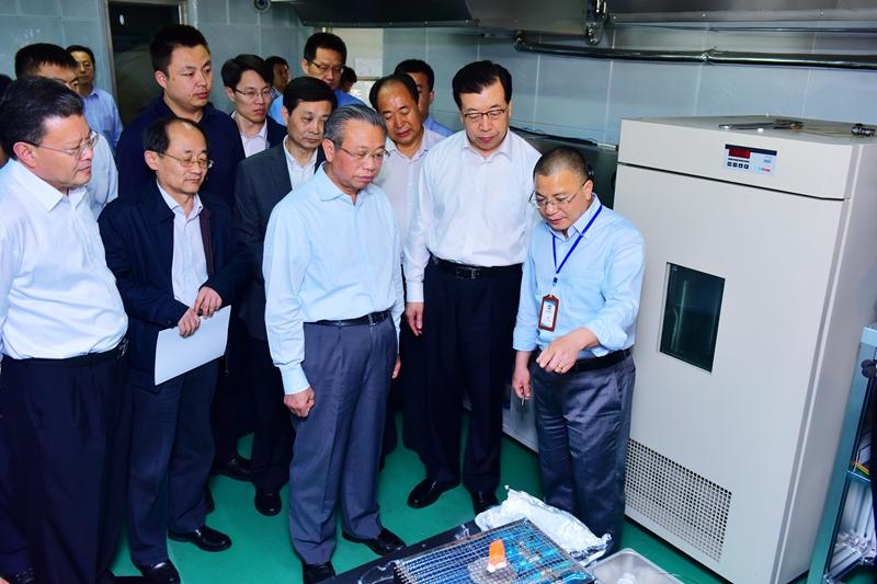 视察期间,刘家义书记听取了青岛海洋所吴能友所长对研究